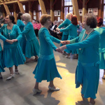 Rotaļīgajos tērpos dejas solis viegli padodas