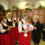"""LSIA """"Aspazija"""" vadītāja saņem ziedus no Daugavpils pilsētas invalīdu biedrības vadītājas Vandas Mihailovas"""