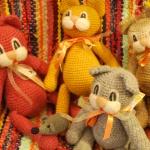 Uzticīgā kaķu trijotne veikalā  gaida gados jaunākos pircējus