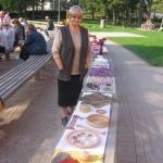 """Rokdarbu izstādes organizētāja Māra Jaunzeme ar biedrības """"Aspazija"""" daiļdarbiem"""