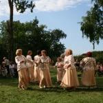 Laižamies dejā