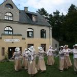 Dejotājas pie vecās Apšuciema skolas
