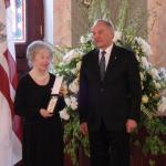 Ilze Laine saņemot augsto apbalvojumu no Latvijas Valsts prezidenta Andra Bērziņa