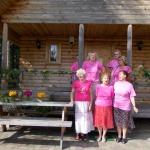 Ar ziediem apdarinātā deju kopas Aspazija mājiņa